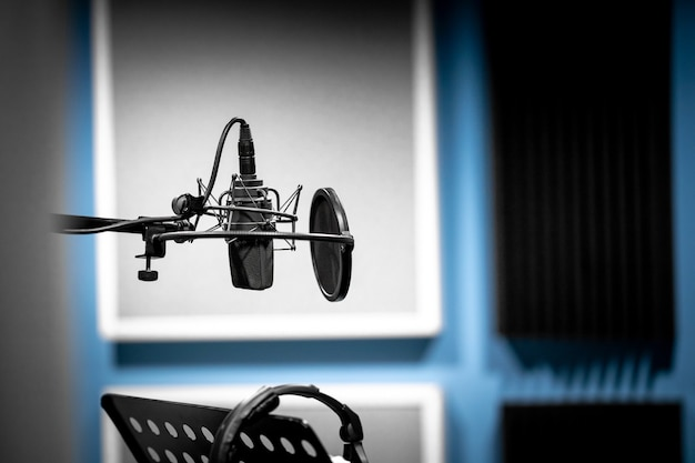 音声と音楽を録音する準備ができているスタジオのマイク