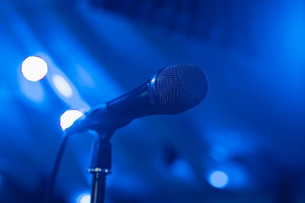 マイクロフォン。ステージ上のマイク。マイクのクローズアップ。パブ。バー。レストラン。クラッシック。音楽