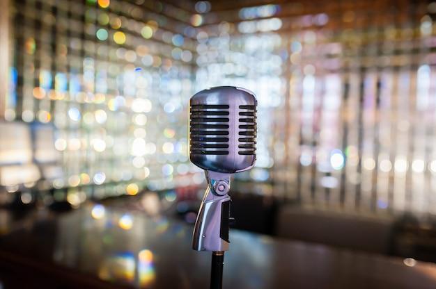 Микрофон на абстрактном фоне