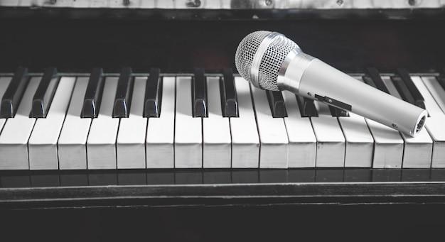 Микрофон на клавиатуре фортепиано