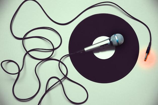Микрофон на записи. ретро музыка. дискотека.