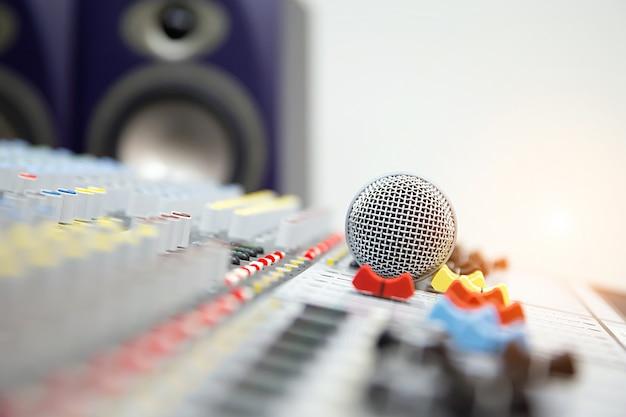 Микрофон на звуковом микшере в студии.