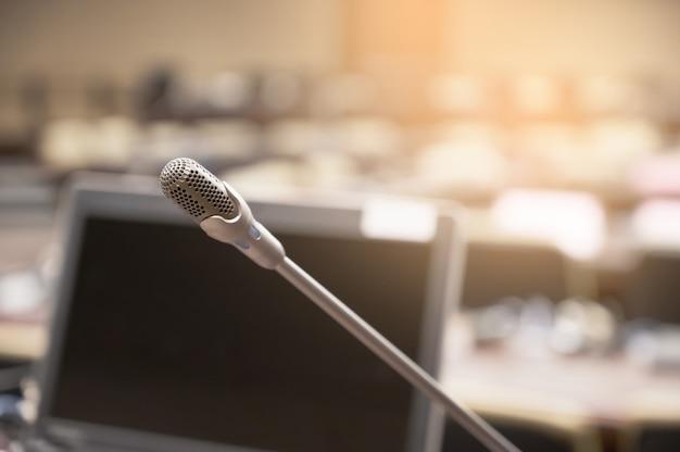 Микрофон на размытом деловом форуме встреча