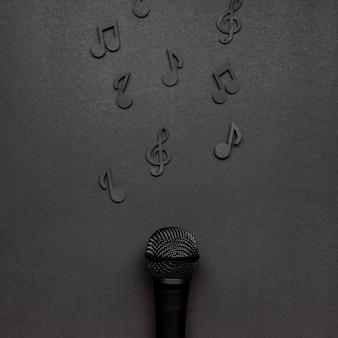 Microfono con note musicali nere