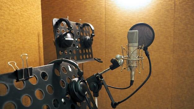 サウンドスタジオビデオの録音に三脚とノートスタンドにショックマウントとポップフィルターを備えたマイク
