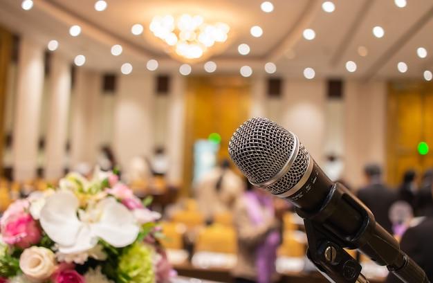 Микрофоны на абстрактном размытом речи в зале для семинаров или переднем конференц-зале