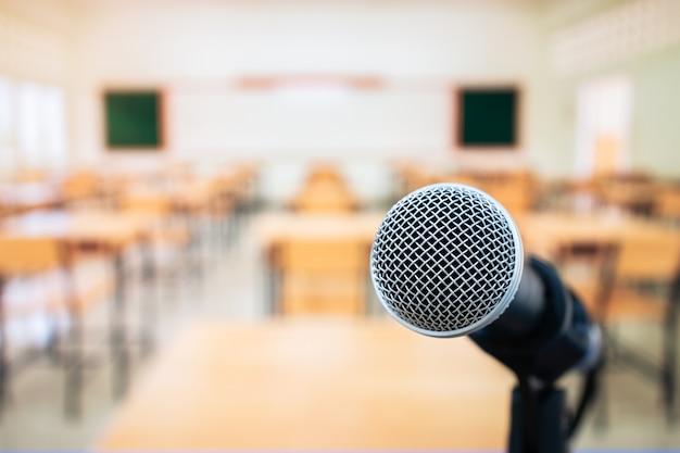 Микрофоны на диктофоне в классе в университетском лекционном зале университета