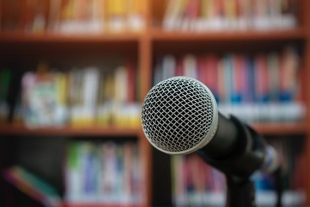 Микрофонный динамик на семинаре в библиотечном университете