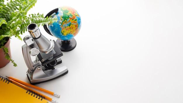 顕微鏡と学校用品のフレーム