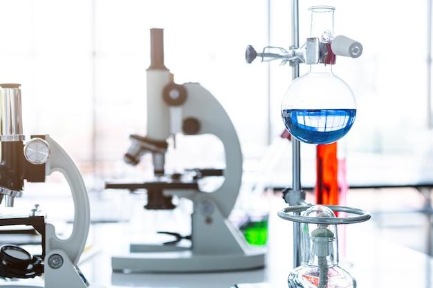 실험실 배경, 연구 및 과학적 개념에 실험실 유리가 있는 현미경 및 테스트 튜브