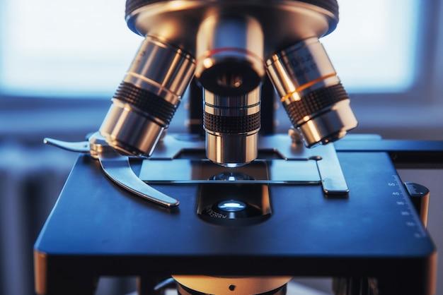 研究室で顕微鏡のクローズアップショット。