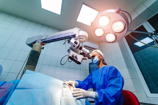 Микроскоп для офтальмологической коррекции зрения. операция лазерного зрения.