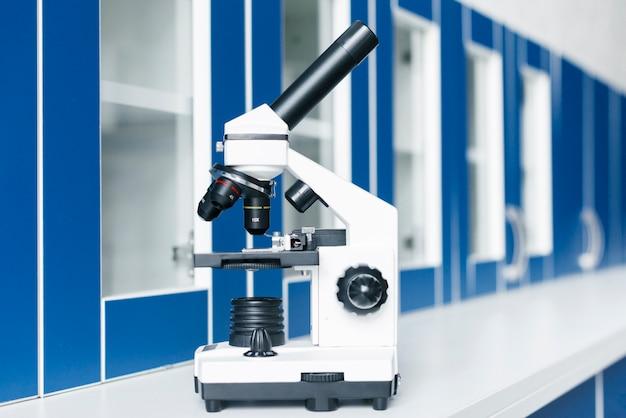 Микроскоп в клинической лаборатории