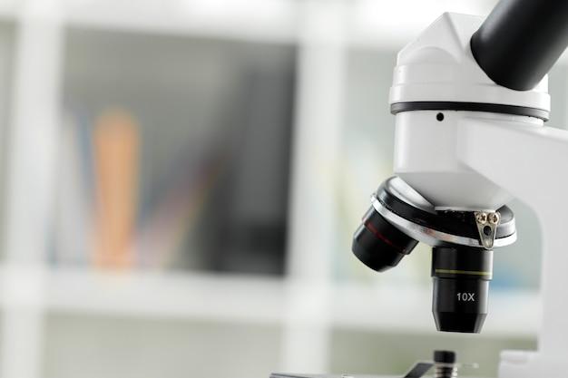 Микроскоп с металлической линзой в лаборатории крупным планом фото