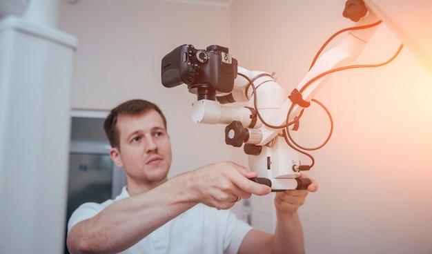 Микроскоп с фотоаппаратом в стоматологическом кабинете