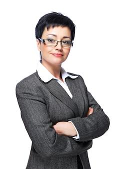 Средний взрослый бизнесвумен в сером деловом костюме со скрещенными руками