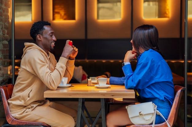 コーヒーショップでガールフレンドと一緒に自分撮りをしている中年の成人男性