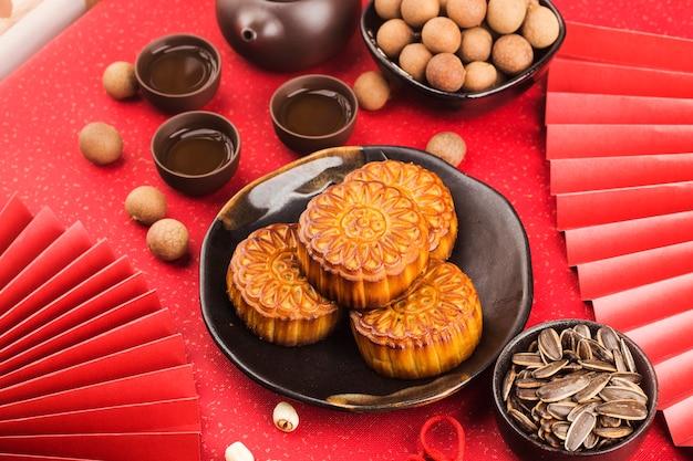 中秋節のコンセプト、茶碗とテーブルの上の伝統的な月餅。