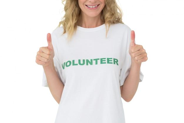 幸せな女性のボランティアの途中の部分は、親指を上げる