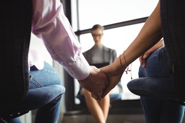 手を繋いでいるカップルの半ばセクション