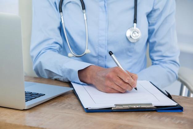 クリップボードに書き込む医師の中間セクション