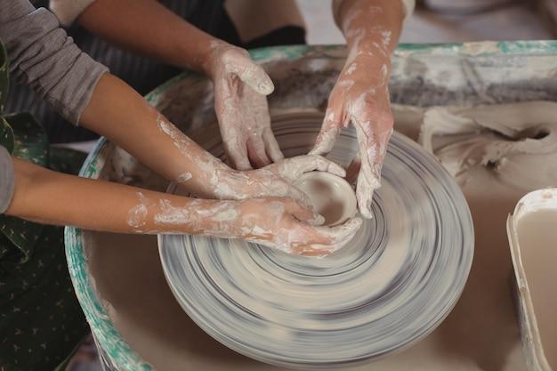 女性陶工の女の子を支援する中間セクション