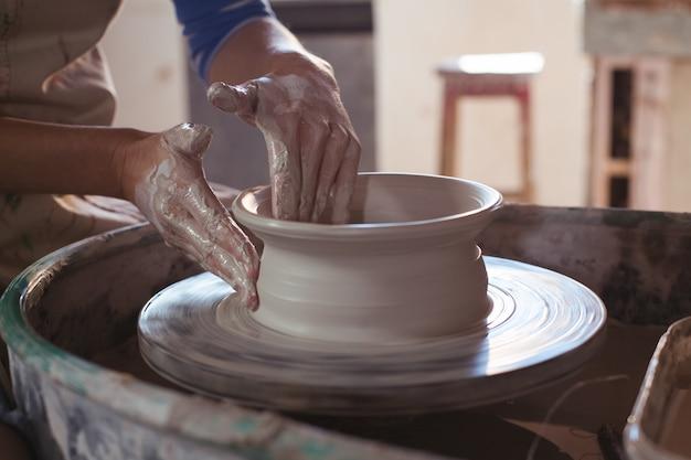 ポットを作る女性の陶芸家の中間セクション