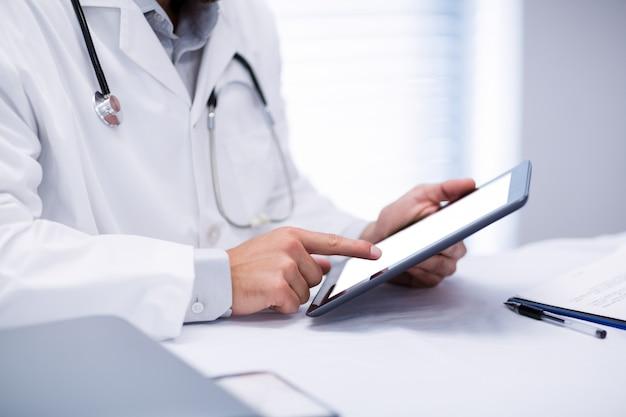 Средний раздел мужской доктор холдинг цифрового планшета