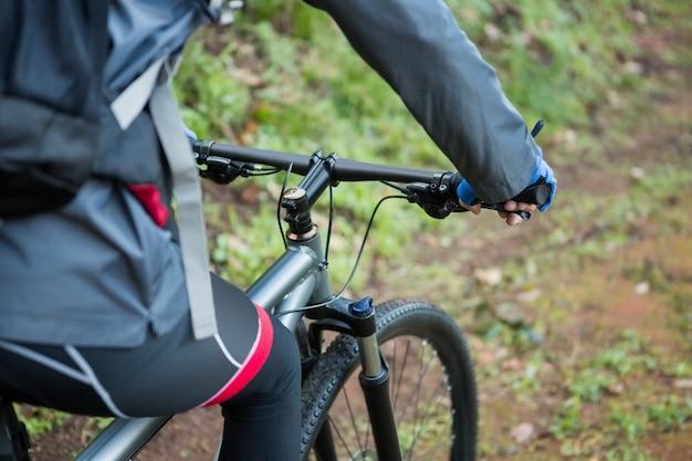 Средняя часть мужчины езда на горном велосипеде