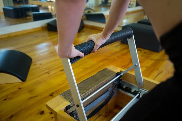 改質装置で運動している女性の中間セクション