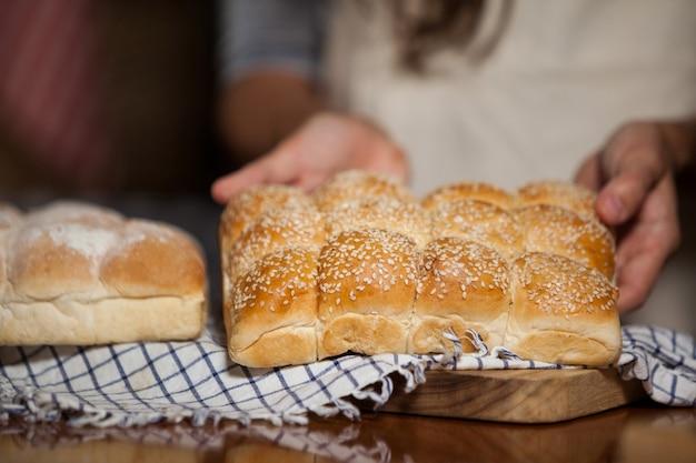 カウンターでパンを保持している女性の中央部
