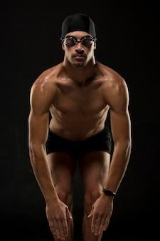 Mani dell'atleta del colpo medio sulle ginocchia