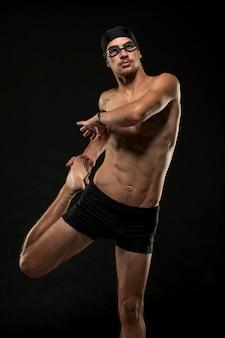 Atleta a metà tiro che allunga le gambe