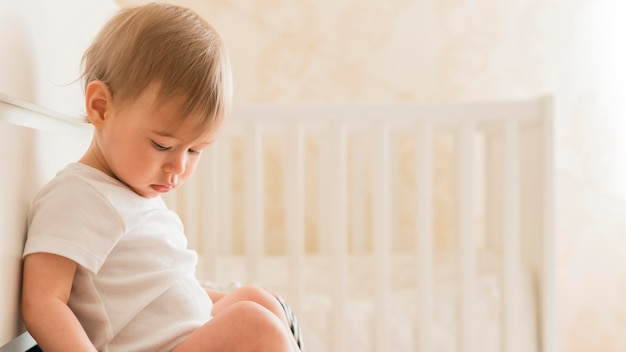 引き出しに座っている半ばショットの赤ちゃん