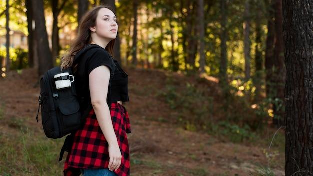 森の中半ばショットの茶色の髪の女の子