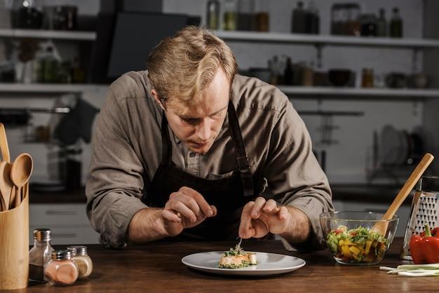 미드 샷 요리사 도금 접시