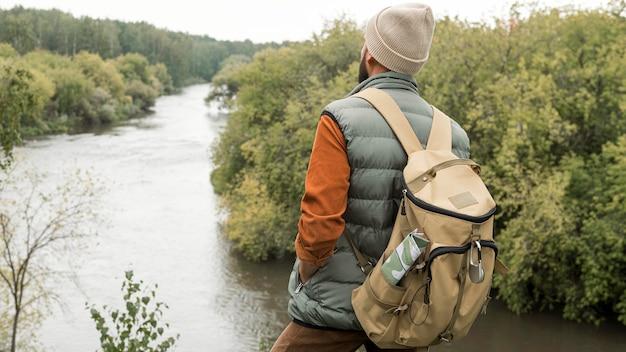 Uomo a metà tiro che guarda il fiume