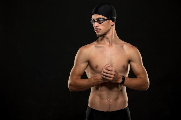 Пловец со средним выстрелом сжимает кулаки