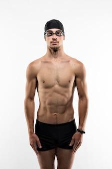 Nuotatore a metà tiro in posizione pronta