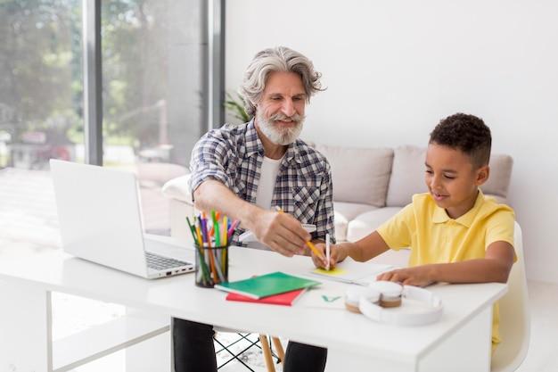 Средний учитель и ученик на столе