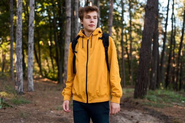 森の中の十代の半ばショット