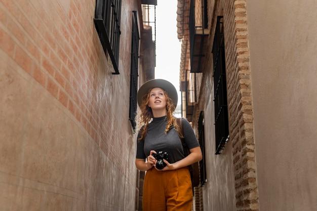 帽子とカメラとミディアムショットの女性