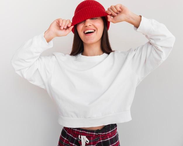 모자 미소와 중간 샷된 여자