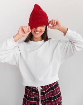 Metà di colpo giovane donna con cappello sorridente