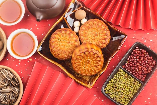 中秋節のコンセプト茶碗とテーブルの上の伝統的な月餅 Premium写真
