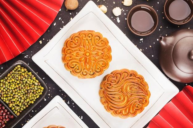 中秋節のコンセプト茶碗とテーブルの上の伝統的な月餅