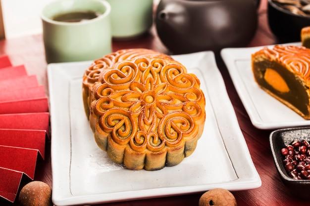 中秋節のコンセプト茶碗とテーブルの上の伝統的な月餅 無料写真