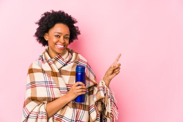 유쾌 하 게 집게 손가락으로 가리키는 isolatedsmiling 캠핑에 중 년 아프리카 계 미국인 여자.