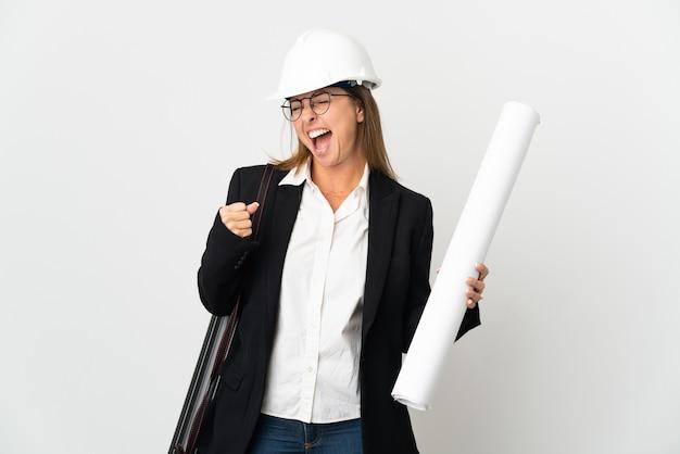 ヘルメットと青写真を分離して保持している中年の建築家の女性