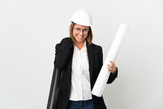 헬멧과 격리 된 벽 웃음을 통해 청사진을 들고 중년 건축가 여자